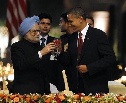 US President Barack Obama (R) toasts alongside India's Prime Minister Manmohan Singh during a state dinner at Rashtrapati Bhavan.