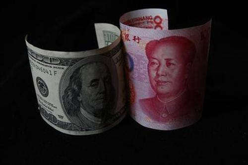 A 100 yuan banknote (R) is placed next to a $100 banknote.