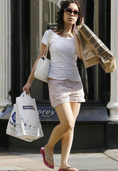 Shoppers from China are flocking to the luxury stores of London's West End, outsp