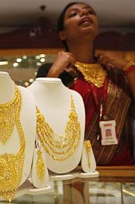 Gold recovers by Rs 10 on low level buying