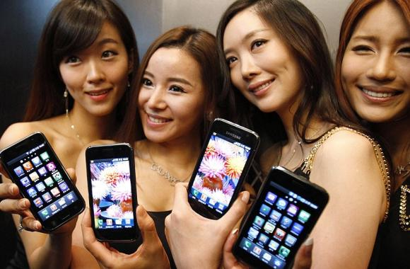 Models pose with the Samsung Galaxy S Android smartphone.