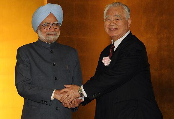 Prime Minister Manmohan Singh greeting Keidanren Chairman Hiromasa Yonekura.