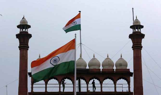 Indian Army soldiers stand guard on the balcony of the historic Red Fort as Indian national flags fly during Independence Day celebrations in Delhi August 15, 2013.