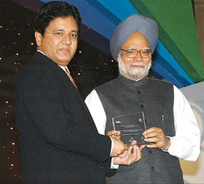 Kalanithi Maran receiving an award from Prime Minister Manmohan Singh.