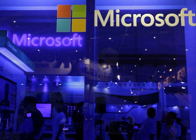Microsoft investors push for chairman Gates to step down