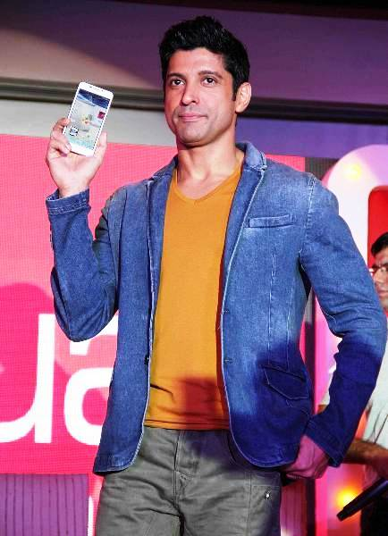 Brand Ambassador Farhan Akhtar posing with the Intex Aqua smartphone in Mumbai.