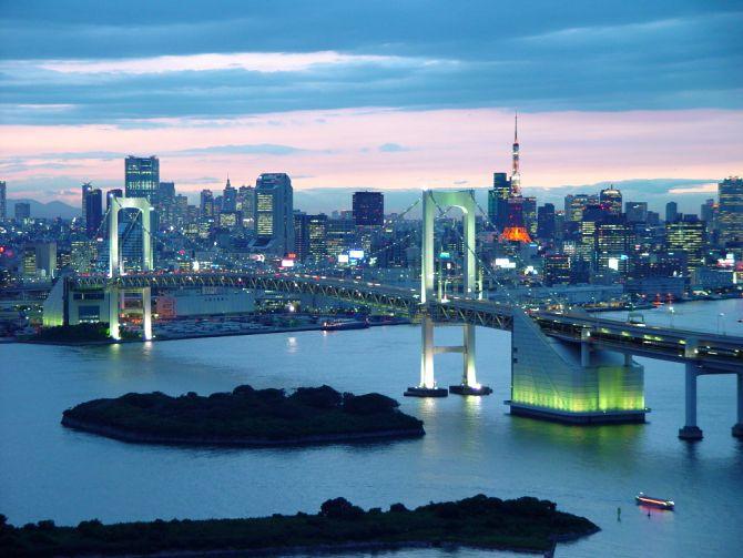 An evening scene of Rainbow Bridge, in Minato Ward, Tokyo.