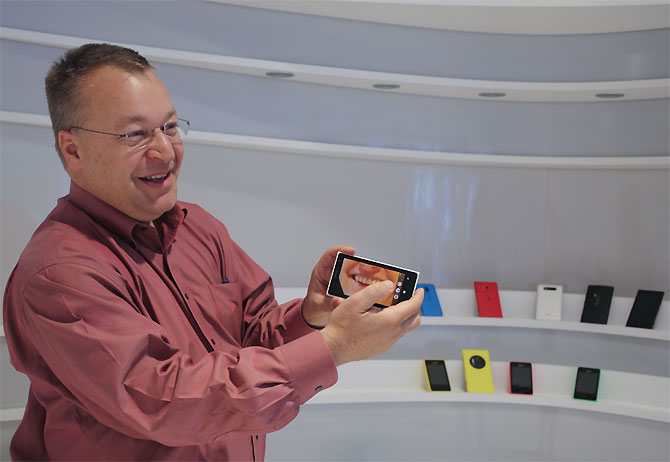 Nokia chief executive Stephen Elop demonstrates the camera technology of the company's high-end smartphone, the Lumia 1020.