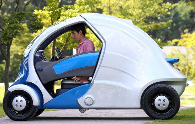 Armadillo-T: A car that folds in half for easy parking