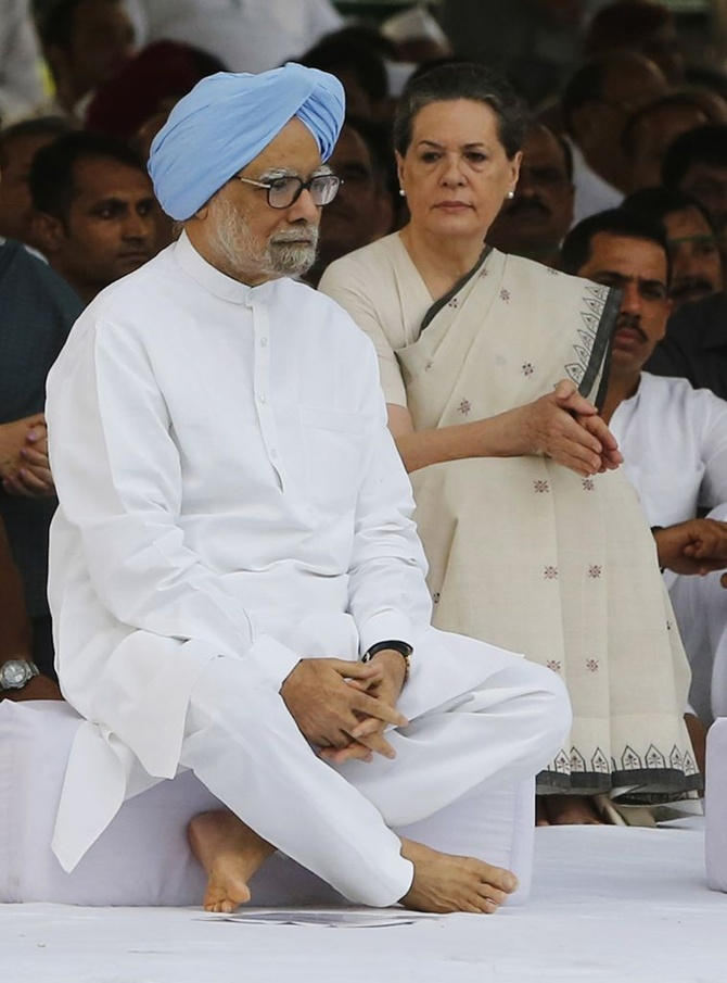 Prime Minister Manmohan Singh and chief of India's ruling Congress party Sonia Gandhi (R) sit after paying respect at the memorial of the former India's Prime Minister Rajiv Gandhi