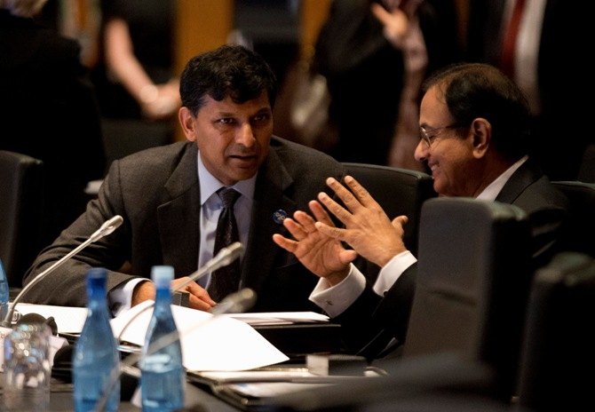 Reserve Bank of India Governor Raghuram Rajan (L) speaks with Finance Minister Palaniappam Chidanbaram.