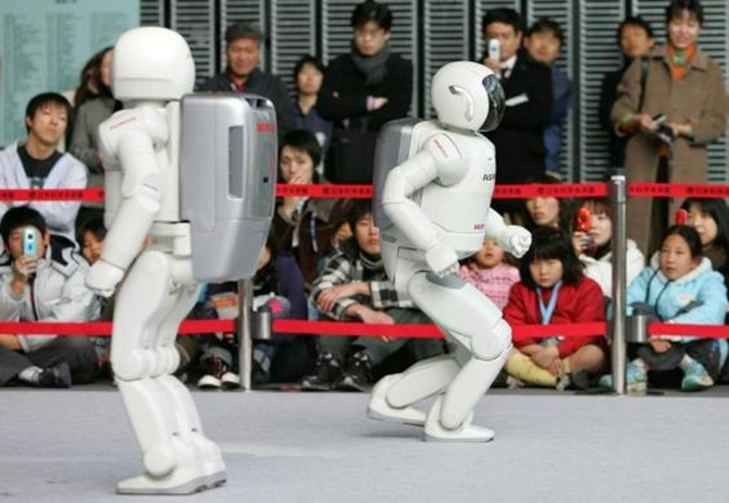 Honda's ASIMO plays soccer with President Obama!