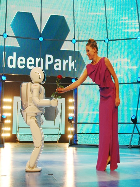ASIMO greets German actress Anke Engelke.