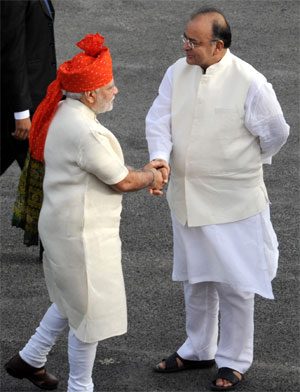 Narendra Modi being received by Union Minister for Finance, Corporate Affairs and Defence, Arun Jaitley. Photograpg: Courtesy, PIB