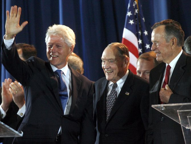 Former US presidents George Bush (R) and Bill Clinton (L) stand with National Constitution Center Chairman John C. Bogle (Centre).