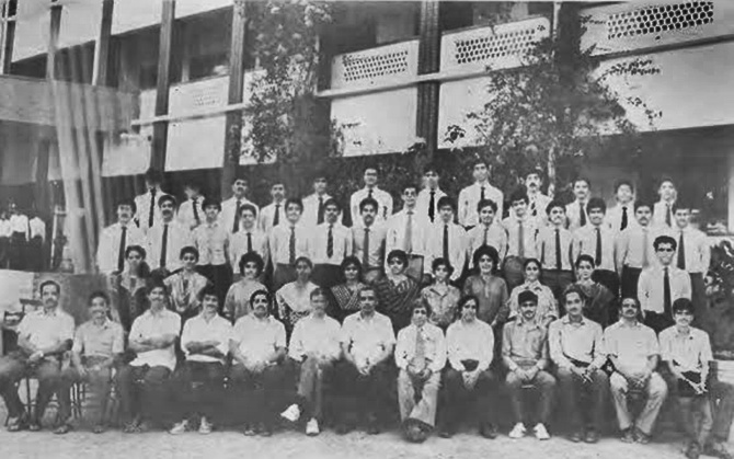 A class group photograph of Satya Nadella (6th from left, 4th row).