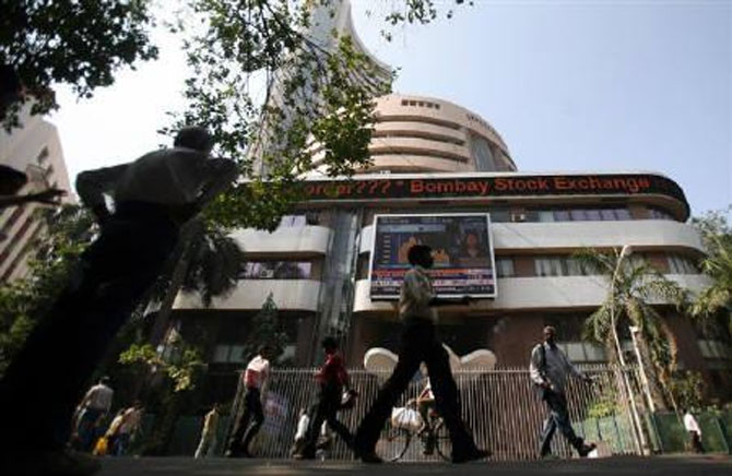 Markets come off day's highs; RIL down 1%
