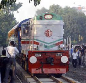 An Indian train enters Dhaka's cantonment rail station July 8, 2007. Photograph: Rafiqur Rahman/Reuters