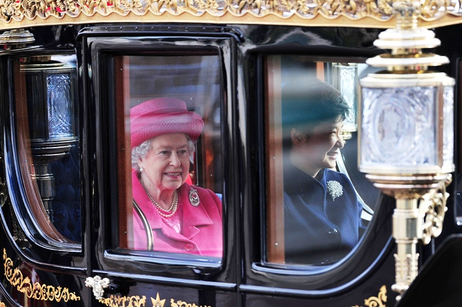 Britain's Queen Elizabeth (L) and South Korea's President Park Geun-hye arrive in a state carriage at Buckingham Palace in London November 5, 2013.
