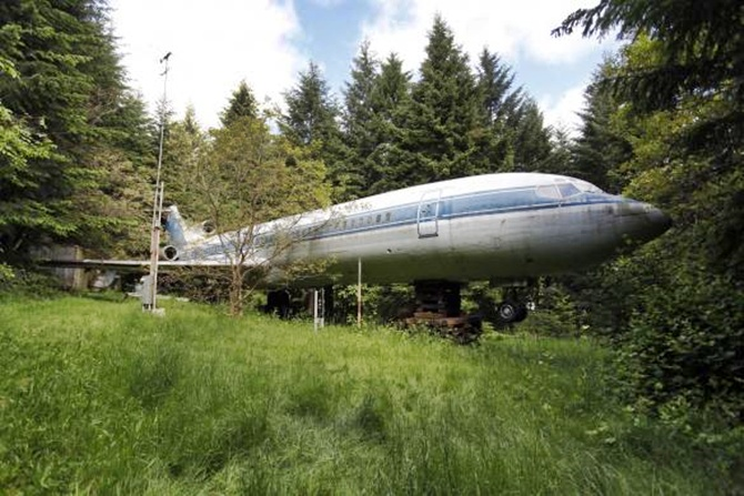 This man lives in a Boeing 727!