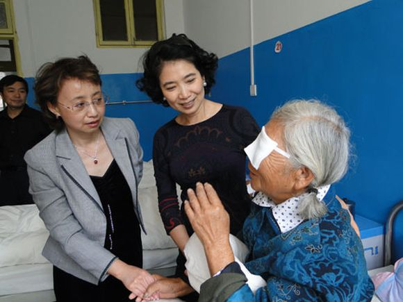 Nellie Fong (centre) talks to an eye patient.