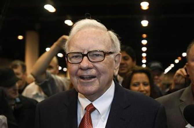 Berkshire Hathaway Chairman Warren Buffett wanders the company trade show before his company's annual meeting in Omaha, Nebraska April 30, 2011.