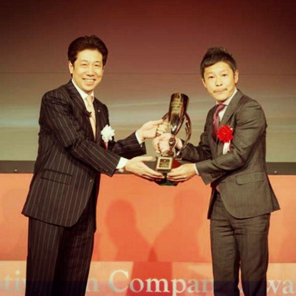Yusaku Maezawa receives an award.