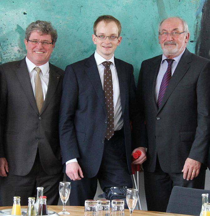 Anton Kathrein, Jr (c) donates 15,000 euros to Rosenheim University of Applied Sciences.