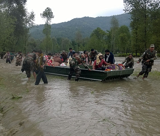 Kashmir monsoon floods leave 460 dead and displace almost a million