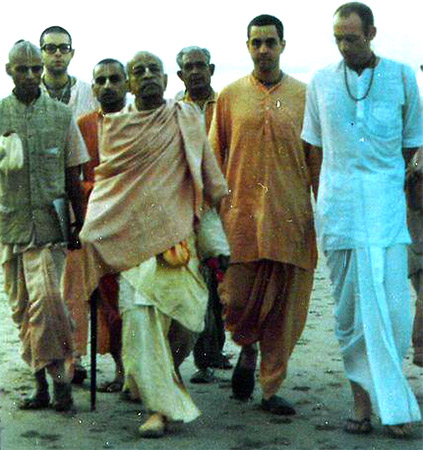 Alfred Brush Ford, second from right, on Juhu beach, Mumbai, with Srila A C Prabhupada in 1975 on his first trip to India