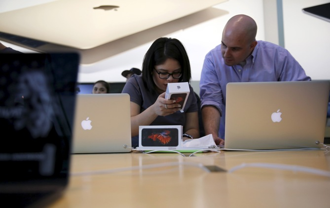 A customer is helped by an Apple employee