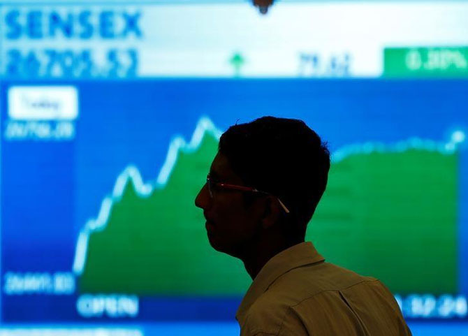 Sensex fails to latch on to gains, slumps on Europe woes