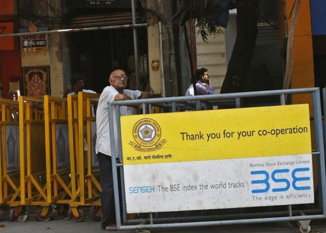 Sensex dives 271 points, Infosys crashes 9.6% as Sikka resigns