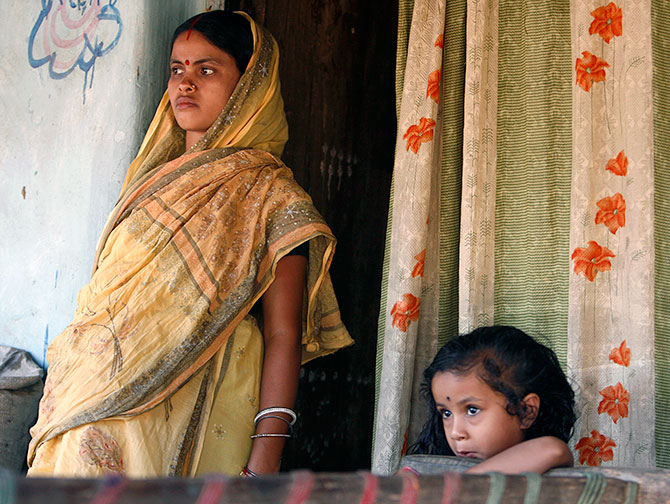 A pregnant woman stands with her daughter as she listens to a nurse from a health centre at her residence in Sindri village, about 300 km (186 miles) north of the eastern Indian city of Kolkata November 11, 2008. Photo: Parth Sanyal/Reuters
