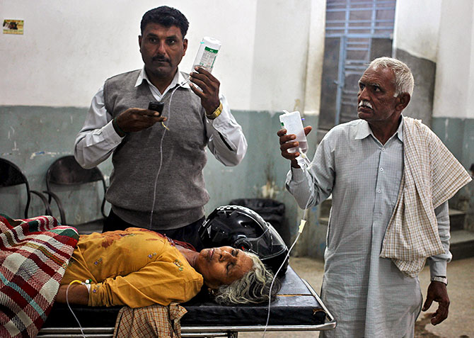 A woman, who according to local media was wounded in a shelling attack at the international border with Pakistan, is pictured inside a government hospital in Jammu, November 1, 2016. Photo: Mukesh Gupta/Reuters