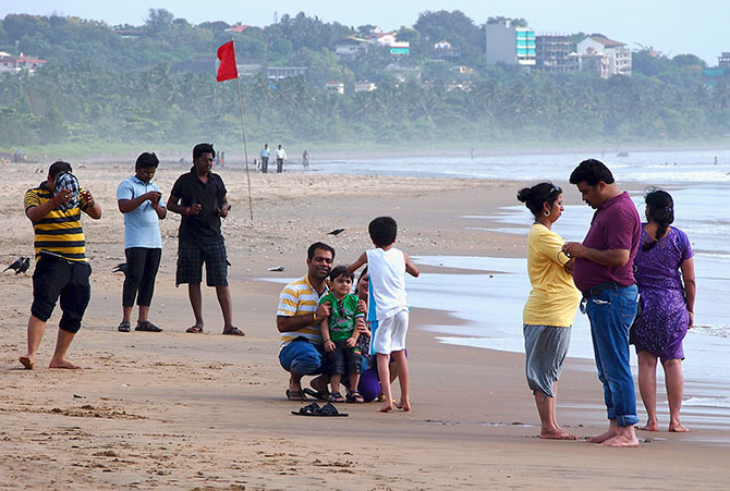 Tourists visit Miramar beach along the Arabian Sea in Goa's capital Panaji, August 29, 2013. Photo: Stringer/Reuters
