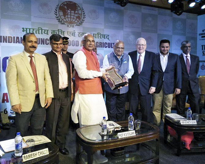 Mr Anil Mittal, CMD receiving the Agriculture Leadership Award 2017 at the 10th Global Agriculture Leadership Awards Committee 2017 for dominant position in agro exports and our efforts in reaching out to farmers to improve their production quality and empower them financially. Courtesy: India Gate Rice/Facebook