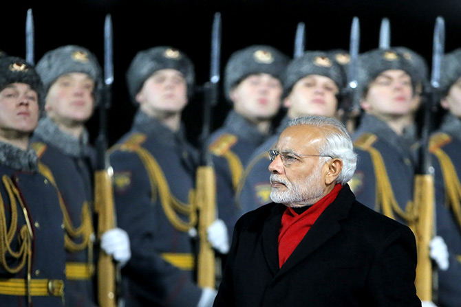 India's Prime Minister Narendra Modi inspects the honour guard during a welcoming ceremony upon his arrival at Moscow's Vnukovo Airport, Russia, December 23, 2015. Photo: Maxim Shemetov/Reuters