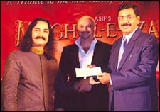 Aamir presenting the cheque to Deepesh Salgia