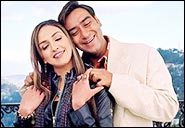 Esha Deol and Ajay Devgan in Main Aisa Hi Hoon
