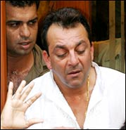 Sanjay Dutt breaks down at the funeral