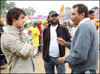 Aamir Khan and Rakeysh Mehra (centre) on the sets of Rang De Basanti