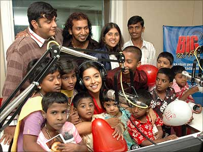 Asin with children from Seva Chakra orphanage