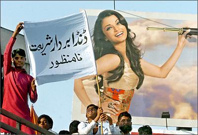 Pakistani protestors in front of an Aishwarya Rai billboard