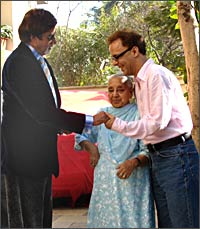 Amitabh Bachchan with Vidhu Vinod Chopra and his mother