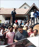 Chiranjeevi visits Rajasekhar's home