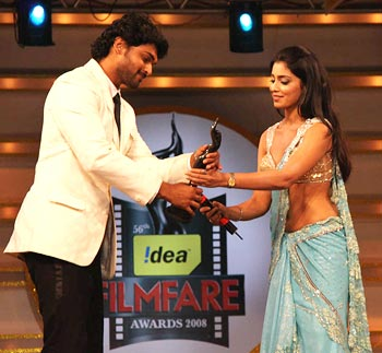 Ajmal accepts the award from Shriya Saran