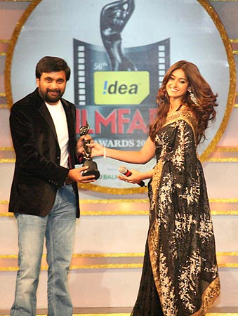 M Sasi Kumar accepts the best director award from Illeana