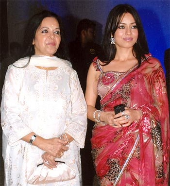 Mahima Chaudhry poses with her mother