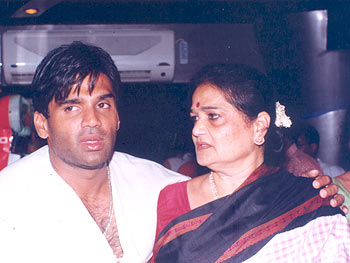 Suniel Shetty and his mom